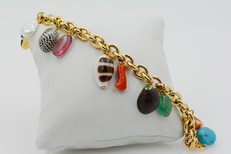 Modern Trianon Shell Charm 18 Karat Yellow Gold Bracelet For Sale
