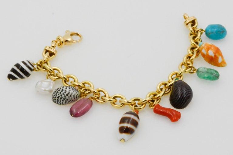Trianon Shell Charm 18 Karat Yellow Gold Bracelet For Sale 1