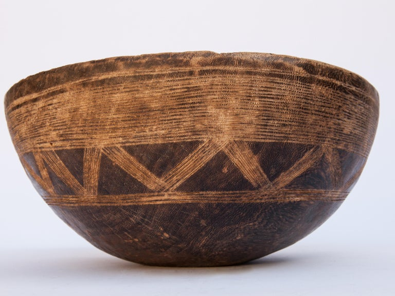 Tribal Wooden Bowl with Carved Design, Tuareg of West Africa, Mid-20th Century In Good Condition For Sale In Point Richmond, CA