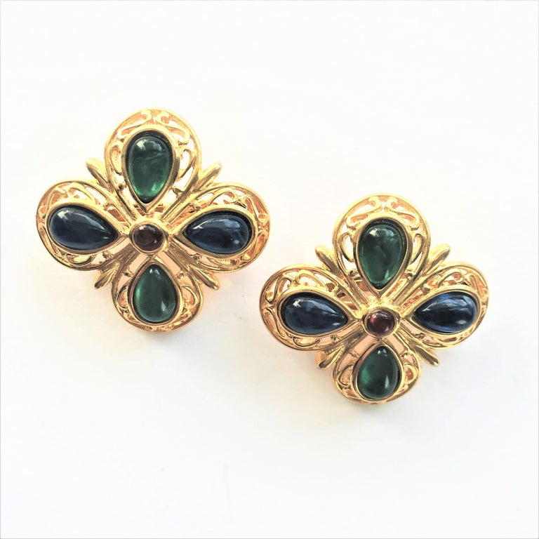 TRIFARI ear clip blue green glass gold plated 1950 USA  In Excellent Condition For Sale In Stuttgart, DE