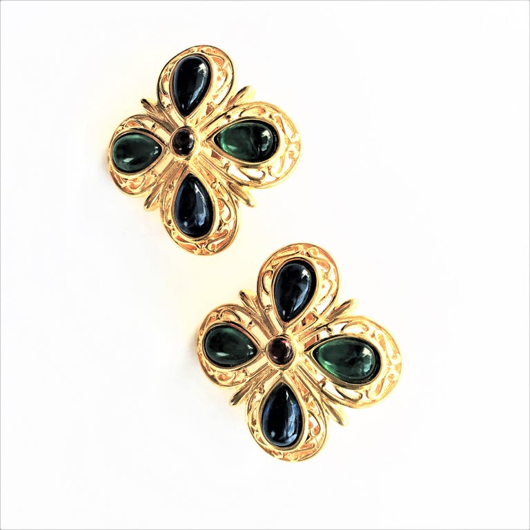 Women's TRIFARI ear clip blue green glass gold plated 1950 USA  For Sale