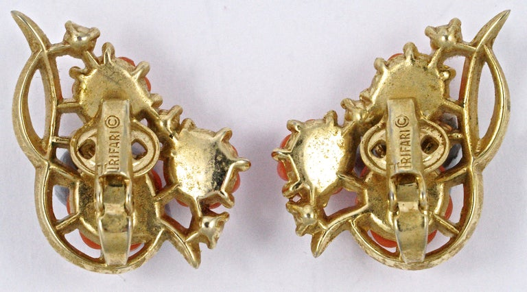 Women's or Men's Trifari Gold Plated Moulded Coral Glass Flower Rhinestone Clip On Earrings For Sale
