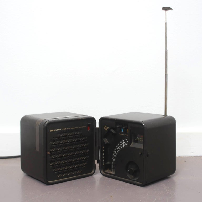 This radio has an exterior in white ABS and an internal power supply for six 1.5 Volt batteries (Half Torch). The external power supply is 220 V with a removable internal integrated cable and a tri-band transistor radio (FM- OL -OM).