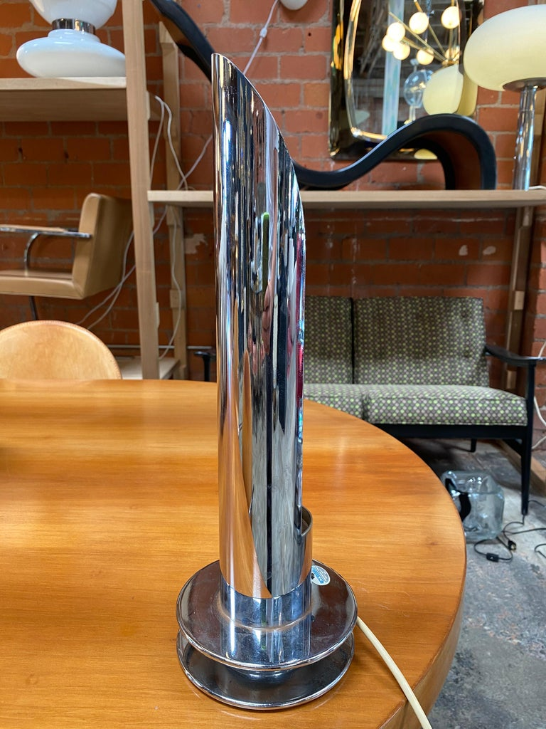 Amazing tubular table lamp by Arredoluce Italy 1970s created entirely in chrome with a very particular design, the lamp has a split in the center (as you can see in the photo) giving a greater amount of light. An iconic piece that will complete a