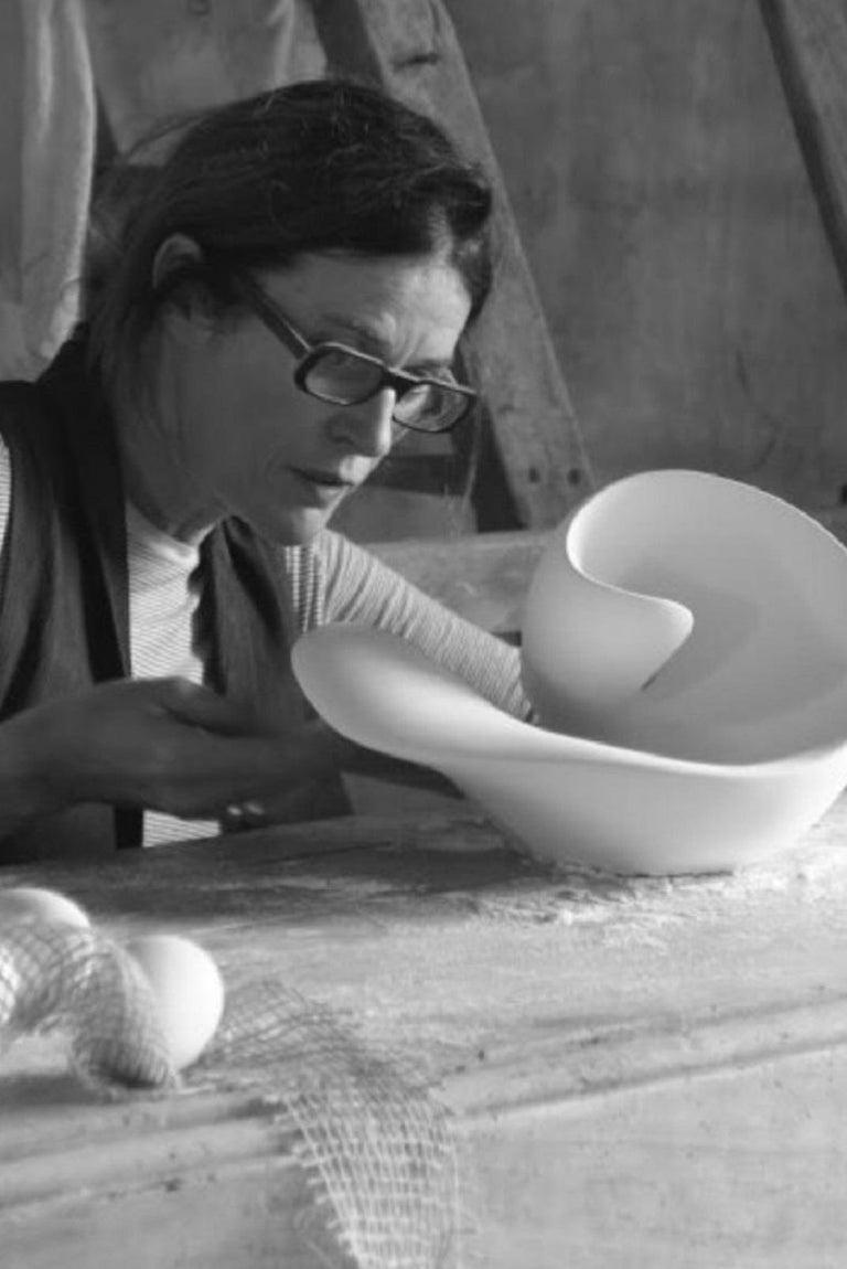 Zeitgenössische Wandleuchte in Tulpenform, Wandleuchte in Weißem Gips, Hannah Woodhouse 16