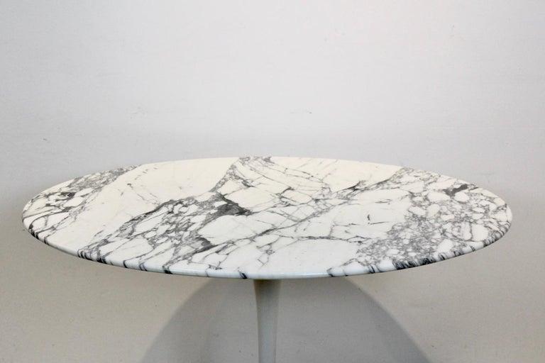 Scandinavian Modern Tulip Dining Table in Calacatta Marble by Eero Saarinen for Knoll International For Sale