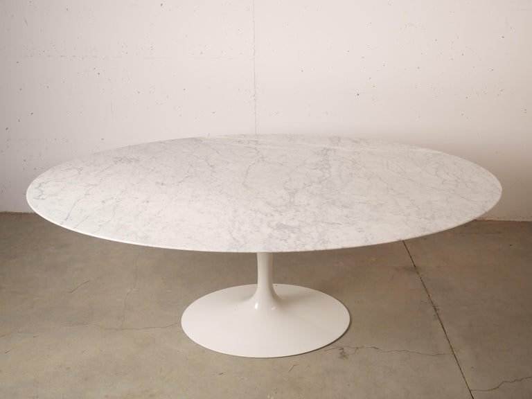 Stunning oval marble-top pedestal dining table designed by Eero Saarinen for Knoll features a broad 78