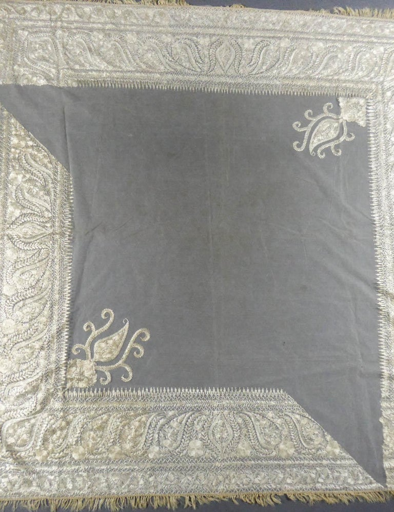 Turn-over shawl in Silk embroidered on Cotton Net - Circa 1840 In Excellent Condition For Sale In Toulon, FR