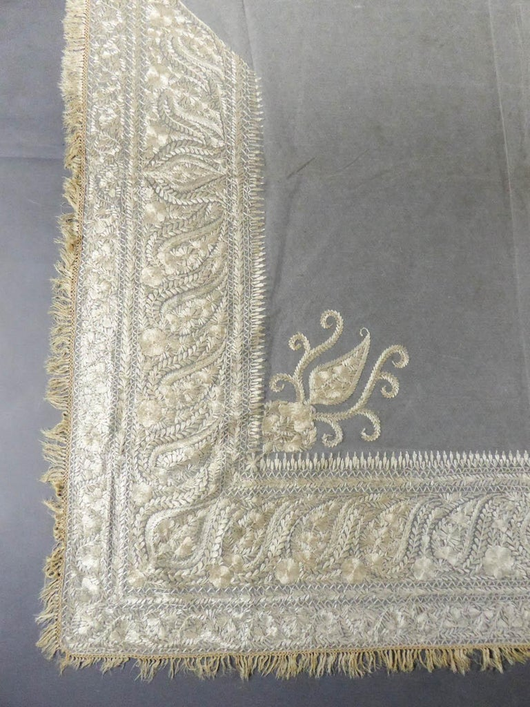 Women's Turn-over shawl in Silk embroidered on Cotton Net - Circa 1840 For Sale