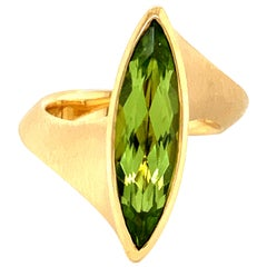 Georg Spreng - Twist Ring 18 Karat Yellow Gold with green Peridot Marquise
