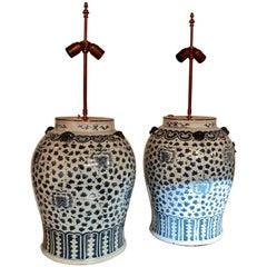 Zwei Große Chinesische Tischlampe Vasen mit Dekor von Stilisierten Blumen und Drachen
