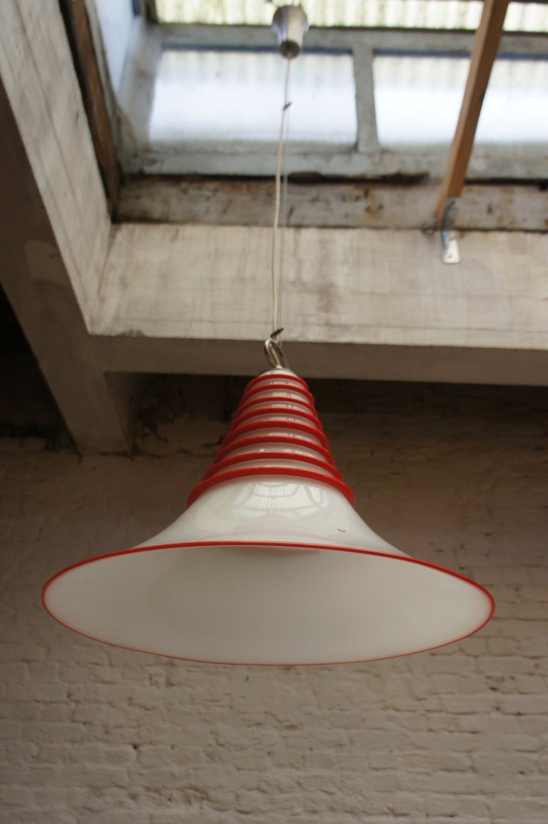 Two Vistosi Murano Glass Pendant Light in White and Red In Good Condition For Sale In Antwerp, BE