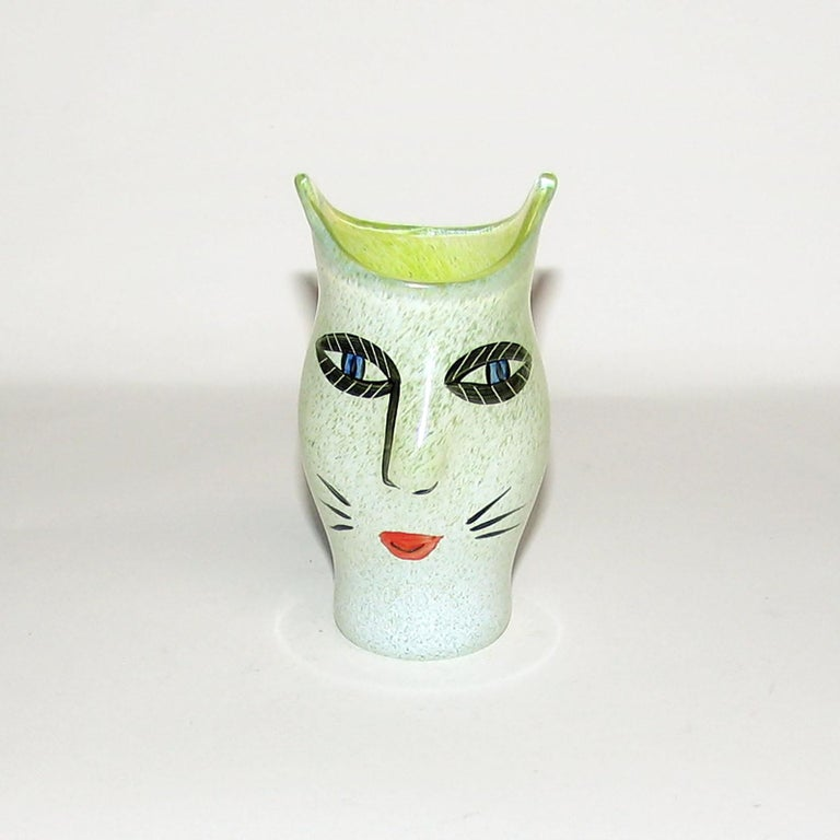 Ulrica Hydman Vallien for Kosta Boda, Sweden. Vase in mouth blown art glass decorated with women's face. Swedish design, 1980s. Measures: 9.5 x 5 cm. In perfect condition. Signed.