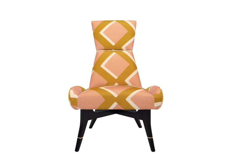 The geometric velvet from the True Velvet collection, designed by India Mahdavi for Pierre Frey, dresses the Uni armchair by Matì. The polychrome and cosmopolitan style of this fabric joins the hourglass design of the backrest, producing an