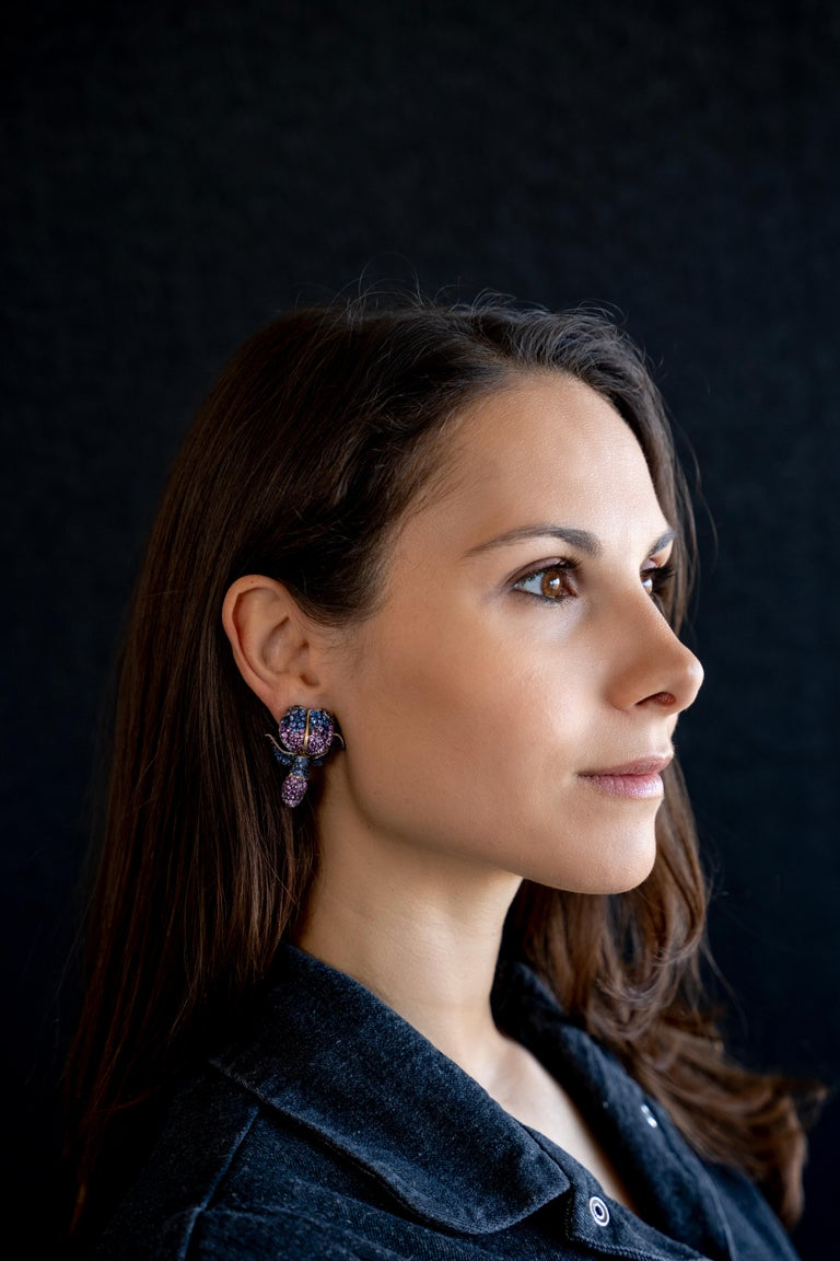 Those ear clips are a very realistic and refined interpretation of a glycine flower, with different shades of blue, pink and velvet sapphires. On the clip's back you can discover the flower's bud with a pave-set emeralds. Sapphires weight: