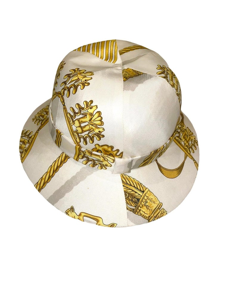 "Unique HERMES Printed Silk Structured Safari Hat ""Cavaliers d'Or"" In Good Condition For Sale In Switzerland, CH"