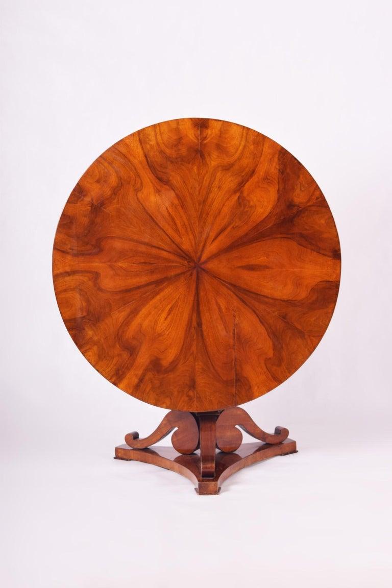 Biedermeier round table (folding). Shellac polish, Walnut veneer. Completely restored. Source: Austria Period: 1830-1839.