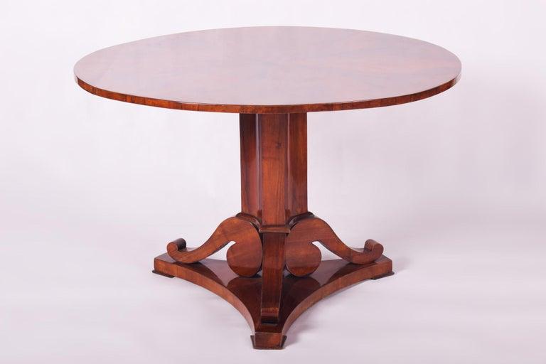 Unique Restored Austrian Biedermeier Walnut Folding Round Table, 1830s In Good Condition For Sale In Prague 1, CZ