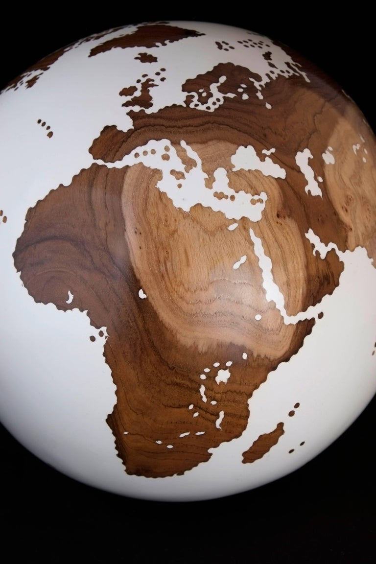 Classic Teak Root Globe with Acrylic White Resin Finishing, 25 cm In Excellent Condition For Sale In Saint-Ouen, FR