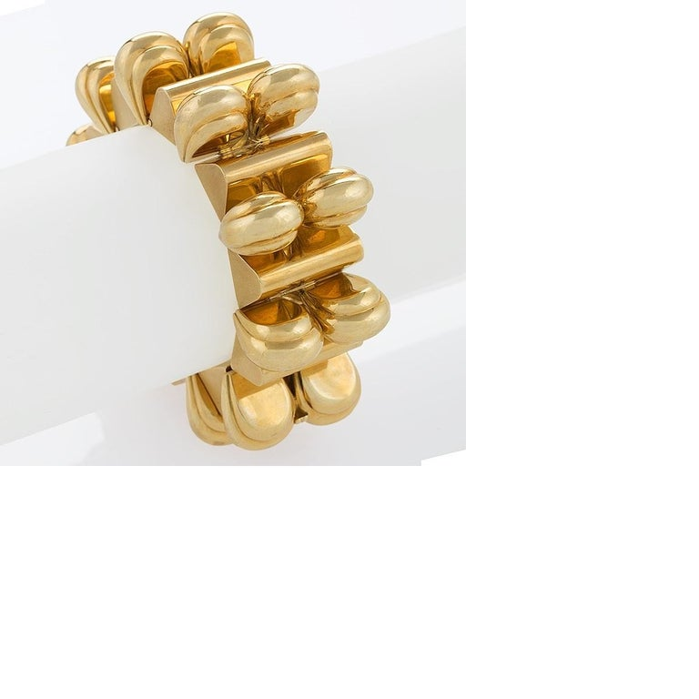 The bold, sculptural design of this Universal Genève gold link bracelet is a splendid example of mid-20th century modernism. This chunky bracelet features alternating bars and arches, creating a powerful architectural presence. The considered