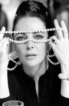 Elizabeth Taylor with Pearls II Globe Photos Fine Art Print