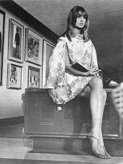 Model Jean Shrimpton Posing in Art Gallery Vintage Original Photograph