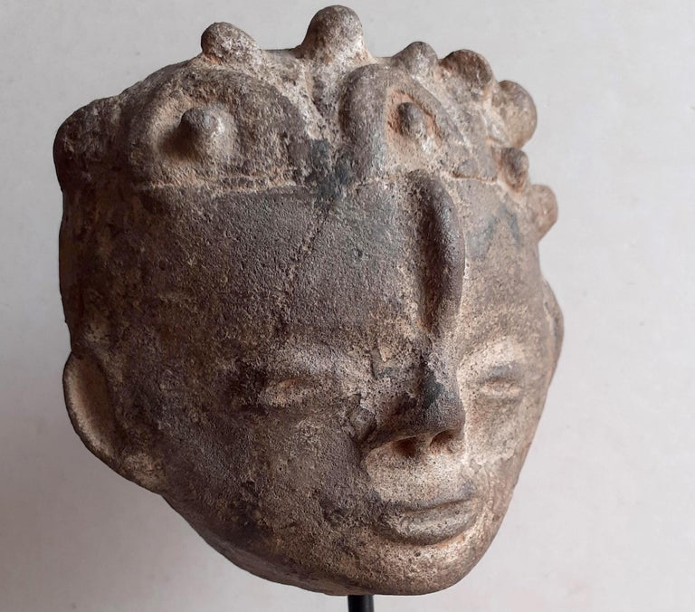 This elegant terracotta head is a memorial portrait (nsodie) of an Akan nobleman from the part of Africa which is today southern Ghana and southeastern Côte d'Ivoire. It is an idealised representation whose serene,  joyful expression and