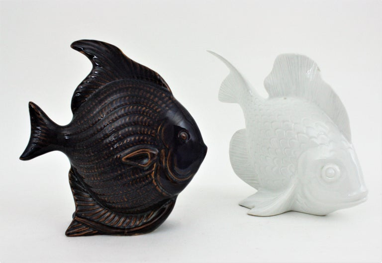 Unmatching Pair of Fish Sculptures in Blue Ceramic and White Porcelain For Sale 3