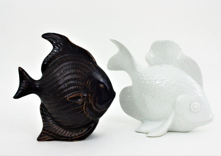 Unmatching Pair of Fish Sculptures in Blue Ceramic and White Porcelain For Sale 2