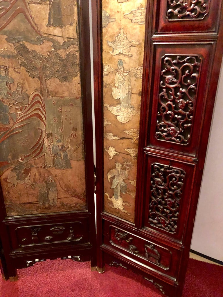 Unusual Eight Panel Chinese Coromandel Screen circa 1700-1800 with Carved Frame In Good Condition For Sale In Stamford, CT