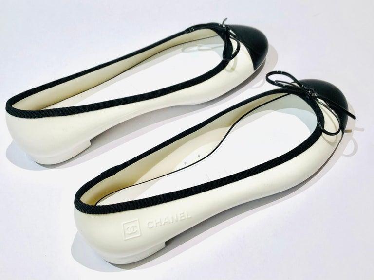 -Chanel bi-tone white and black flats.   - Plastic/leather.   - Size 39.