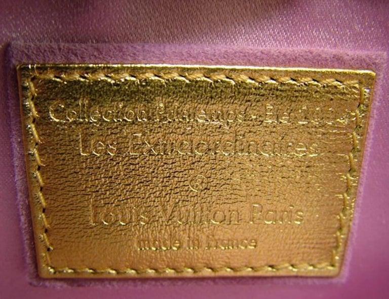 UNWORN Louis Vuitton Extraordinaire Monogram Ostrich Pochette Lock Chain  In Excellent Condition For Sale In Switzerland, CH