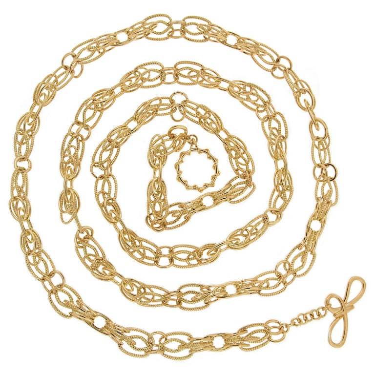 Valentin Magro 18 Karat Yellow Gold Interlocking Chain Necklace has an intricate yet delicate touch. The design is made of 18k yellow gold links of varying aesthetics. There are greater oval links, smaller rounds, twisted pieces and plain. Some