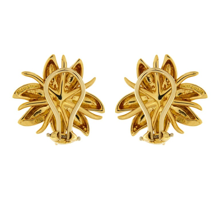 At Valentin Magro New York, inspiration often begins with the extraordinary elegance of nature. This pair of earrings recalls the beauty of wild flowers, the Gold Petal earrings feature a round Peridot in the center in 18kt yellow gold with clip