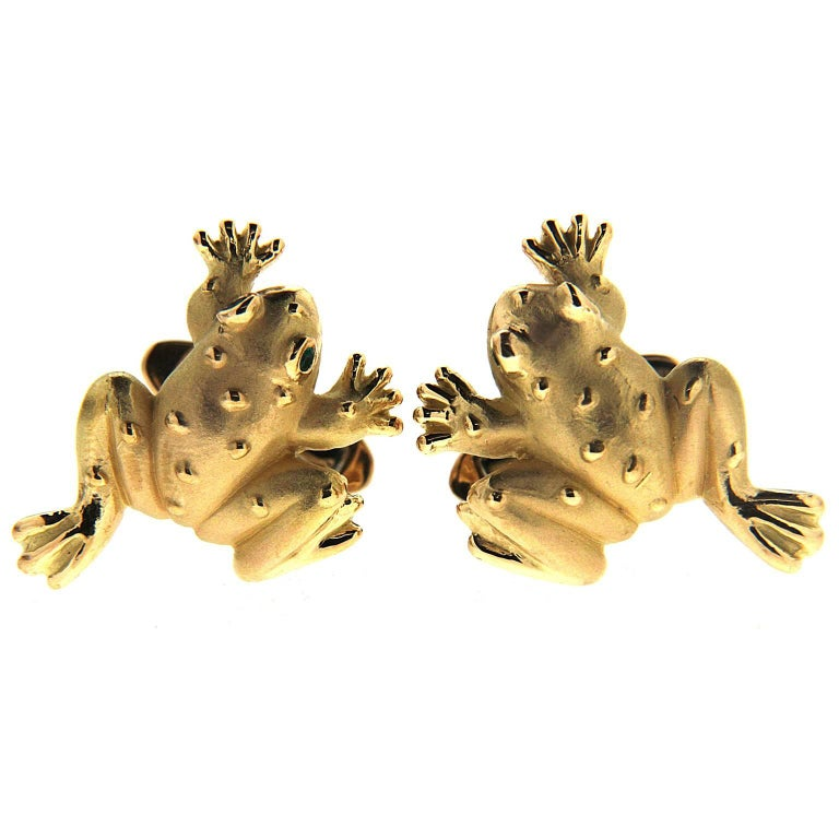 These Valentin Magro cufflinks designed with a perfect resemblance to a frog are made in 18kt yellow gold.