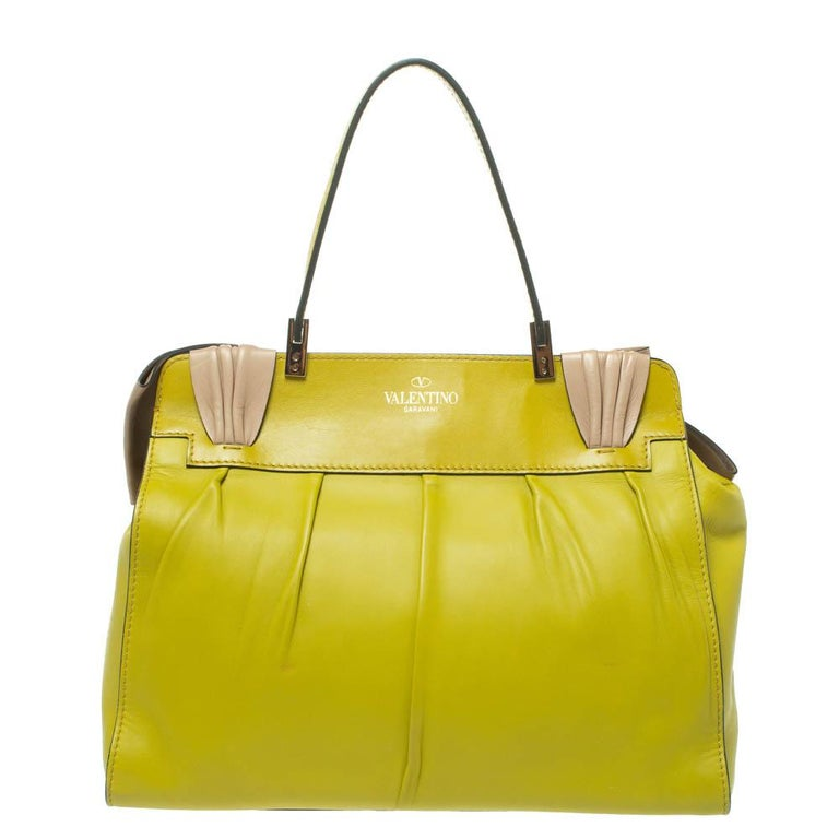Established in 1960, the Italian brand Valentino is still making the trendiest bags ever. This Aphrodite bag is made from premium quality leather and accentuated with a dramatic-sized bow at the front. It has a leather handle with a 17cm drop and a