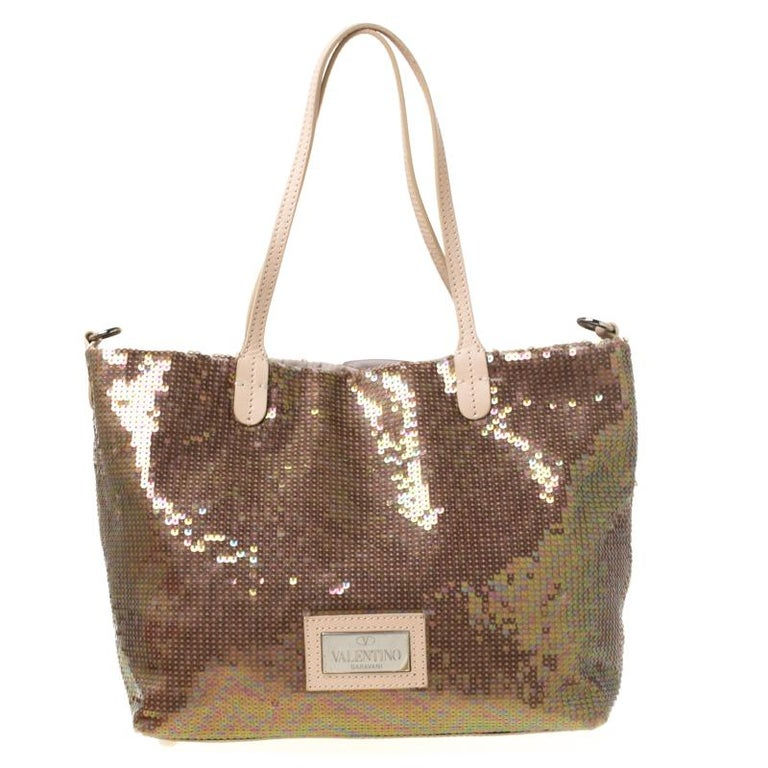 Set in a contemporary design and style, this gorgeous Petale tote from Valentino is absolutely mesmerising. It is crafted from sequins and features a beautiful rose petal design at the front. It flaunts dual leather handle straps, a silver-tone