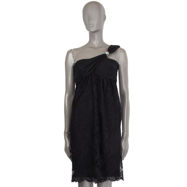 VALENTINO black cotton EMBELLISHED ONE SHOULDER LACE Dress 6 In Excellent Condition For Sale In Zürich, CH