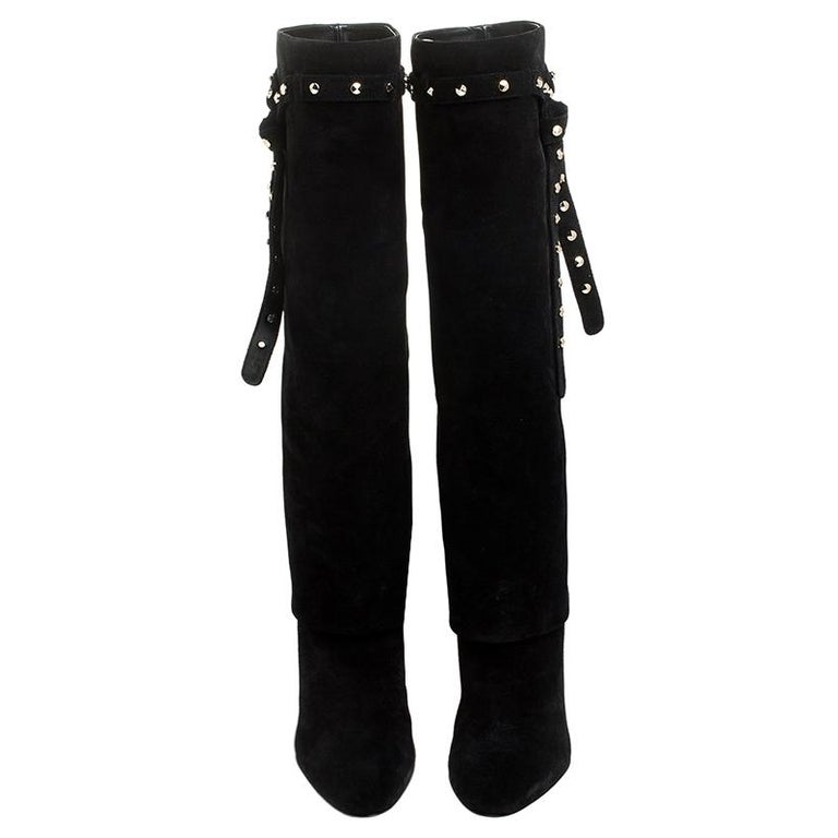 This lovely pair of Valentino boots has a stylish silhouette and simple design. The knee-high, foldover boots have been crafted from black suede and feature a tie detail carrying the iconic Rocktsuds. Complete with 9 cm heels, these beauties are a