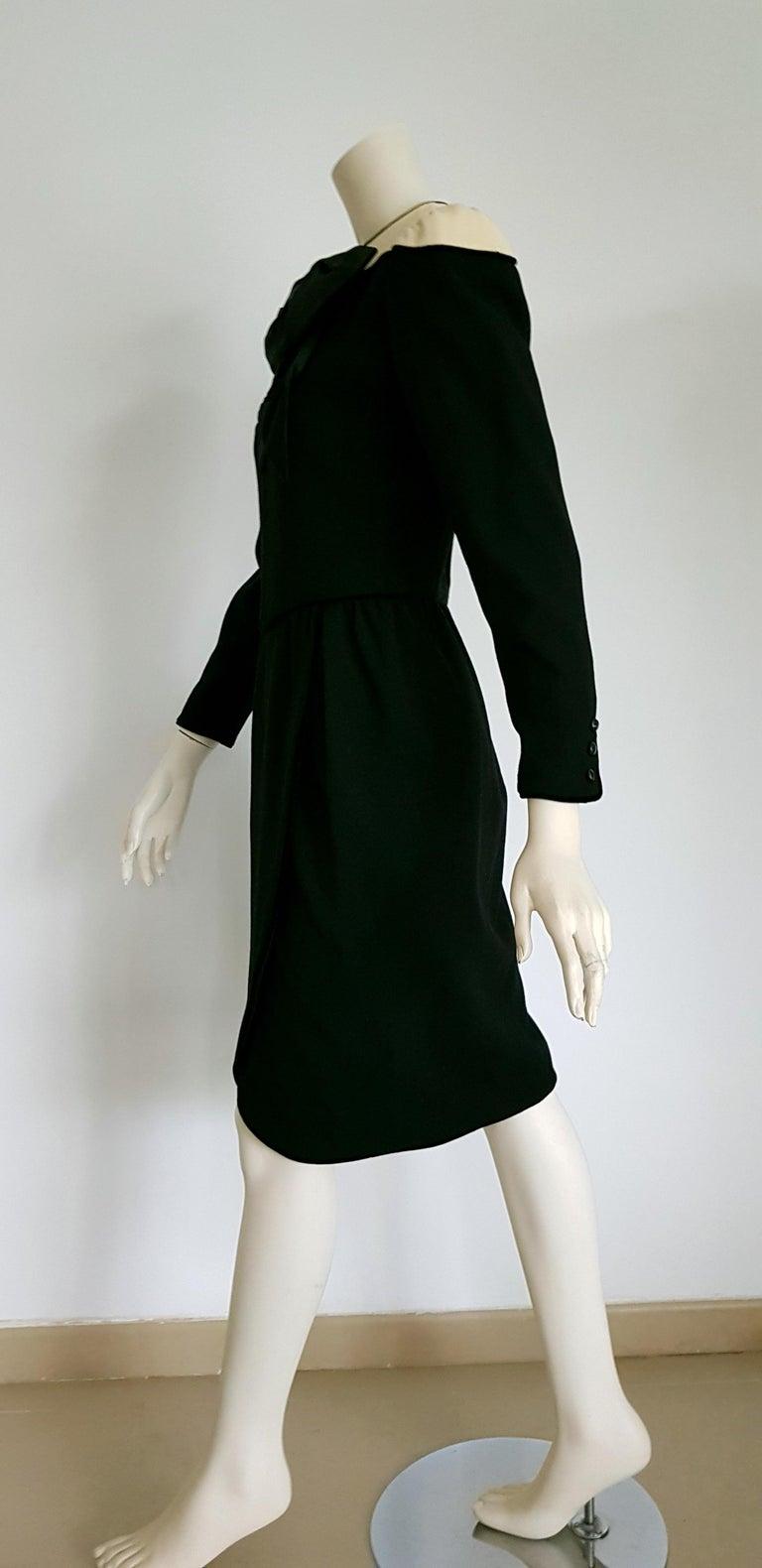 b716104b6e84c0 VALENTINO Schwarzes Wolle Crêpe Seiden Samt Kleid mit Weißen Schultern,  Ungetragen 3