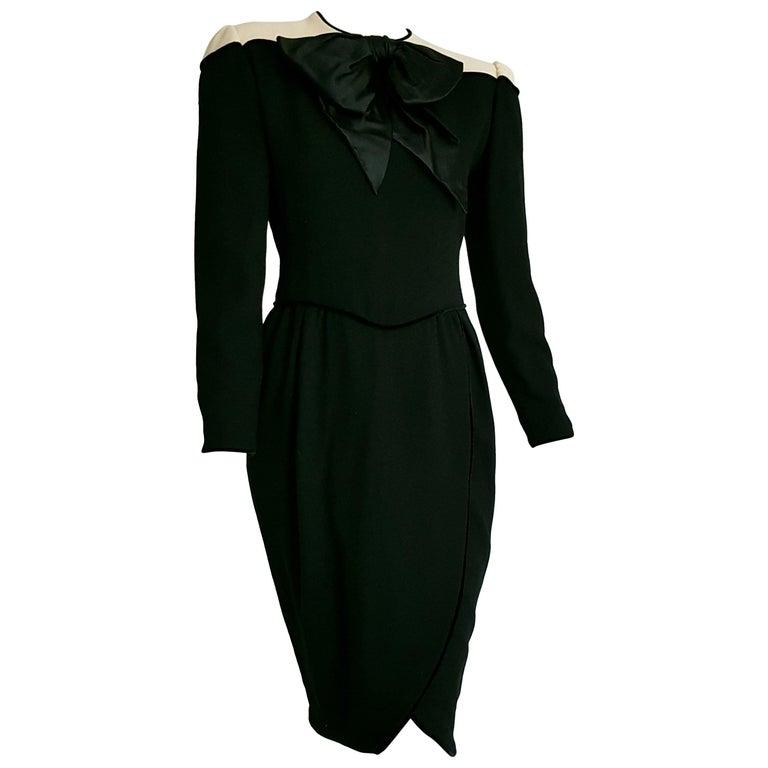 d51d86ff250e80 VALENTINO Schwarzes Wolle Crêpe Seiden Samt Kleid mit Weißen Schultern,  Ungetragen 1