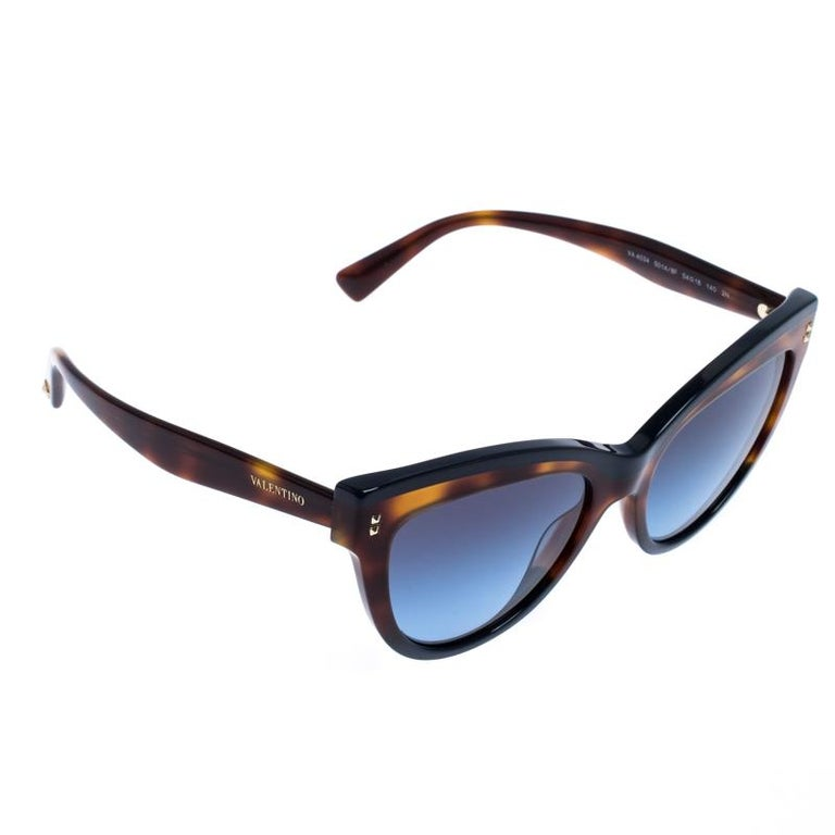 A fashionista like you deserves the best, like these sunglasses from Valentino. Styled to eloquently express your personal style, these sunglasses carry a cat-eye design and logo details. While its silhouette will make you stand out, the gradient