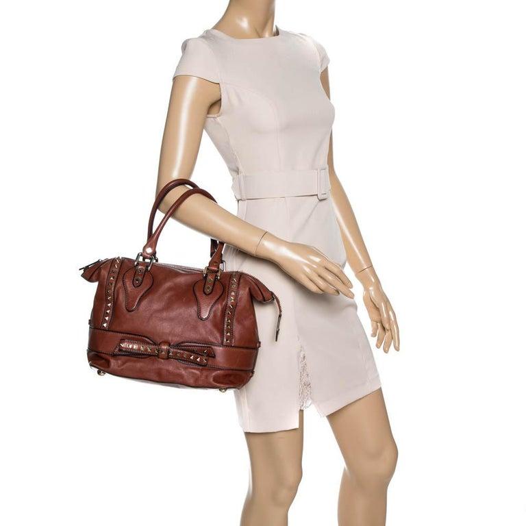Valentino Brown Leather Rockstud Bow Zip Tote In Good Condition For Sale In Dubai, Al Qouz 2