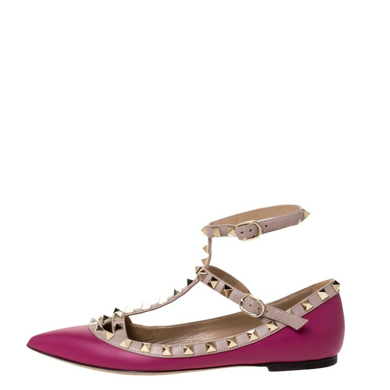 This Valentino design is not just widely popular but it is also the dream of every shoe lover. These dark magenta flats are crafted from leather and they are soul-crushingly gorgeous! They come flaunting pointed toes and their iconic Rockstud