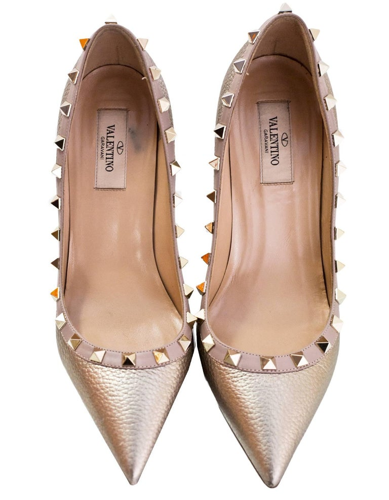 2425a6217 Valentino Gold Pebbled Calfskin Rockstud Pumps Sz 38 In Good Condition For  Sale In New York