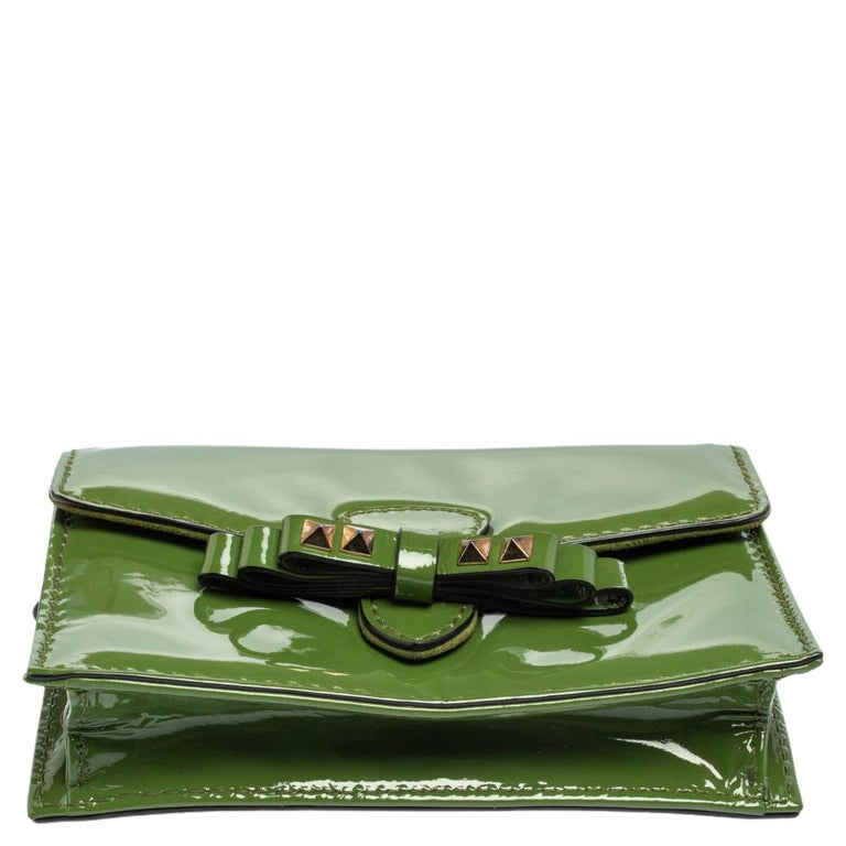 Valentino Green Patent Leather Rockstud Bow Wristlet Clutch For Sale 7