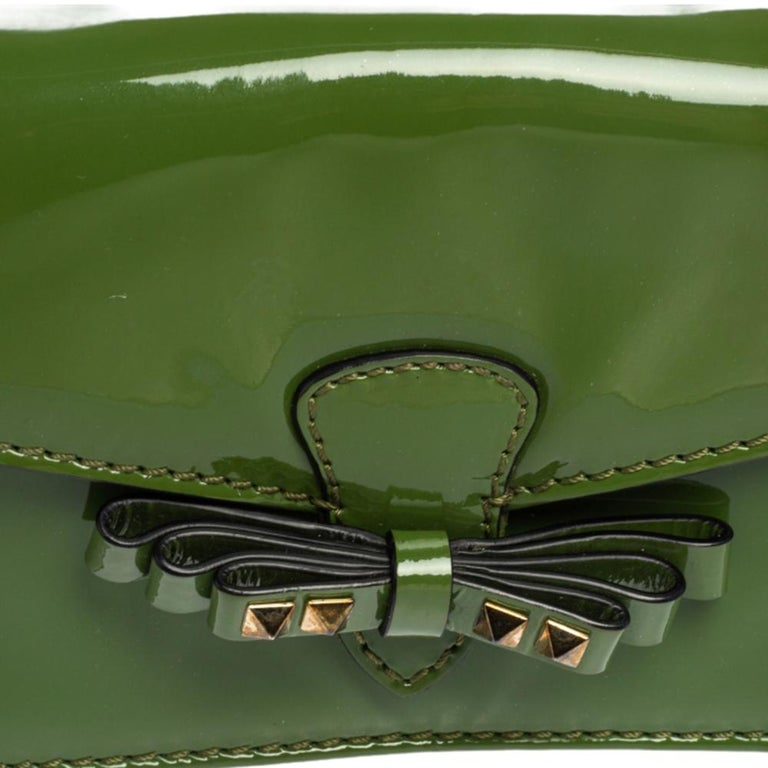 Valentino Green Patent Leather Rockstud Bow Wristlet Clutch For Sale 8