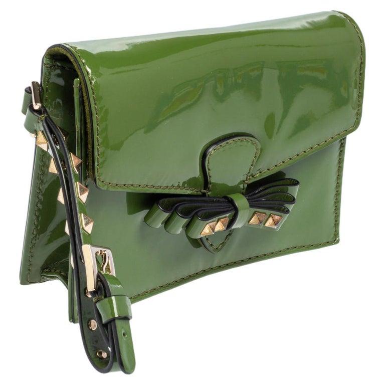 Valentino Green Patent Leather Rockstud Bow Wristlet Clutch In Good Condition For Sale In Dubai, Al Qouz 2