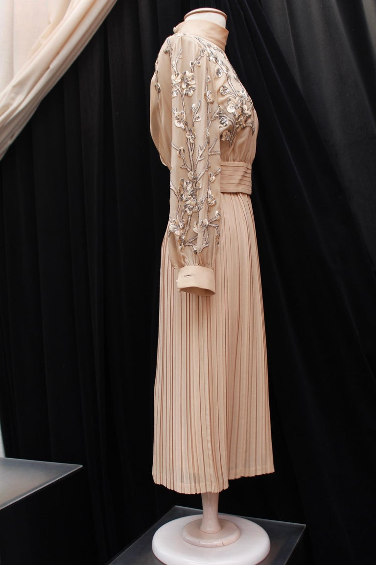 VALENTINO COUTURE (Made in Italy) Lovely nude silk chiffon evening set comprised of a dress and a top. The dress features a skater cut with pleats from the waist down and thin shoulder straps. It is lined with silk chiffon and closes with a back