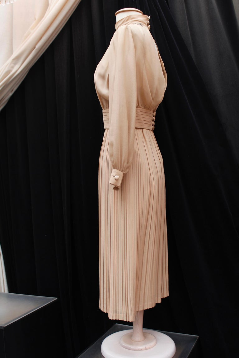 Valentino Haute Couture gorgeous beige silk chiffon cocktail dress with embroide In Fair Condition For Sale In Paris, FR